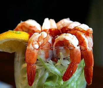 800px-Shrimp_cocktail_lemons_lettuce_seafood