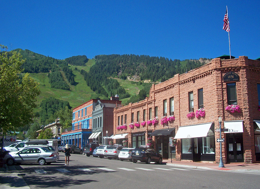 1024px-Downtown_Aspen,_CO,_with_view_to_ski_slopes