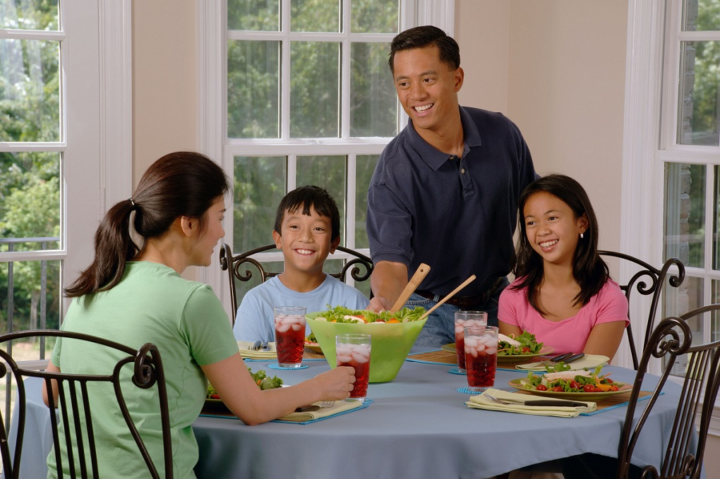 Family_eating_at_a_table_(2)