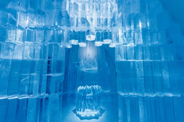 icehotel-art-suite-deluxe-rhythm-of-the-arctic-design-shingo-saito-and-natsuki-saito-photo-asaf-kliger-1400x932