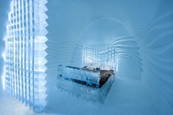 icehotel-art-suite-eye-suite-design-nicolas-triboulot-and-cedric-alizard-photo-asaf-kliger-1400x932