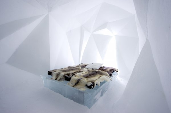 icehotel-art-suite-fractus-design-anja-kilian-and-wolfgang-a-luchow-photo-asaf-kliger-1400x932