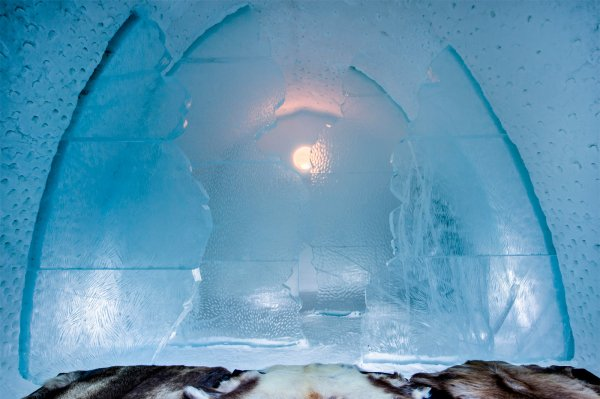 icehotel-art-suite-the-labyrinth-saga-design-clara-lindencrona-and-kristin-borg-photo-asaf-kliger-1400x932