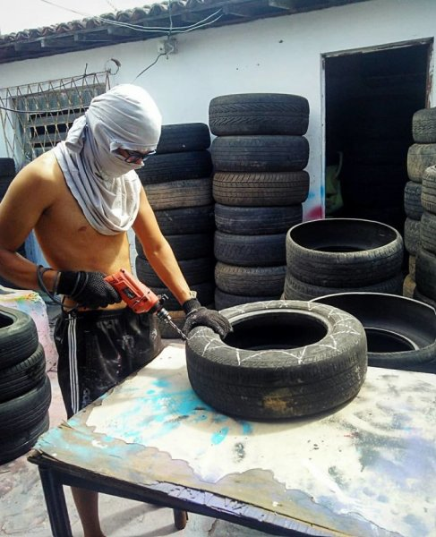 Young Brazilian is turning old tires into beds for animals and the environment is grateful 5c5a284a2b572  700