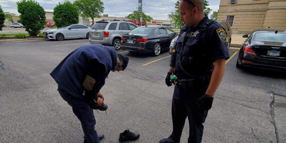 Police Officer Sees Homeless Man Trip On Shoes, Gives Him The Ones Off His Feet Gyut