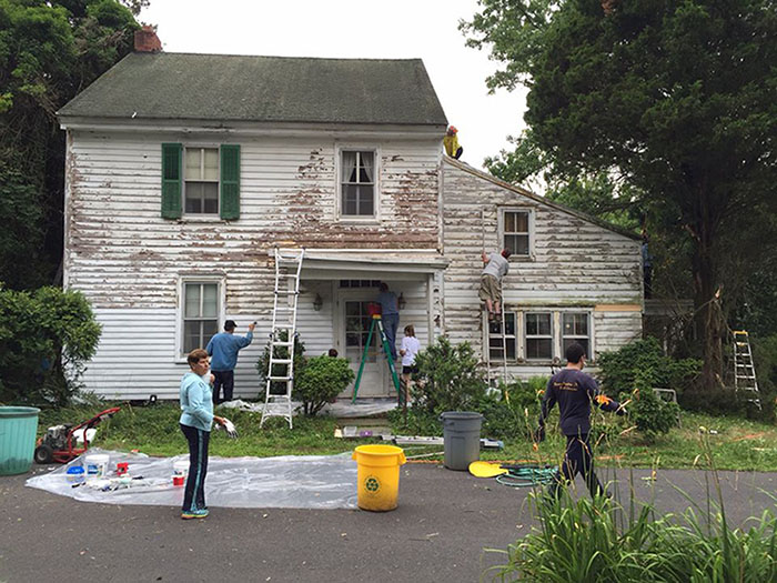These Kind Neighbors Repaired And Painted The House Of A Lonely Retired School Teacher For Free1