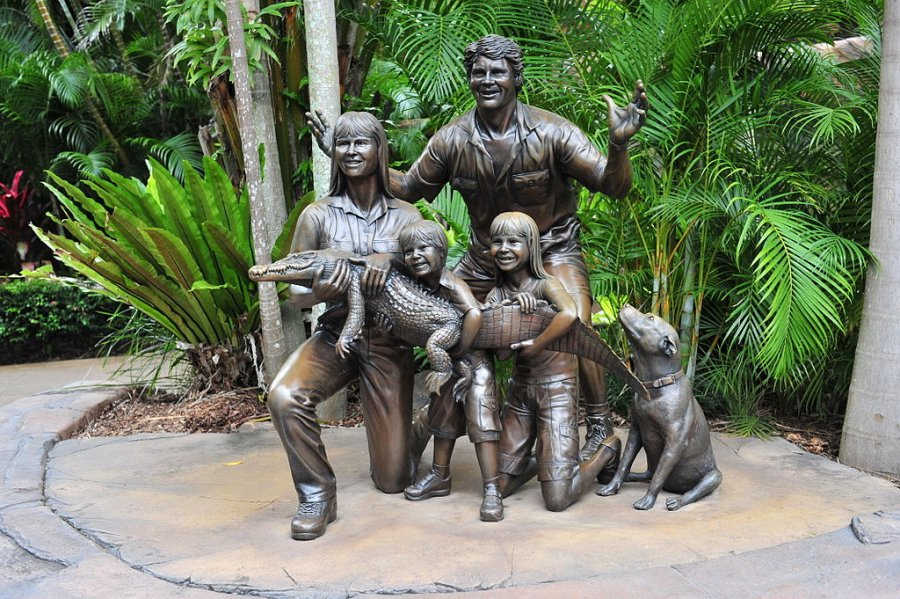 1024px Statue of the Irwin family at Australia Zoo 17March2010